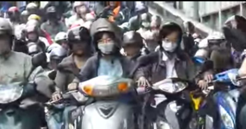 Taipei's Motorcycle Traffic Is Unbelievable… And You Thought Your Commute Was Bad